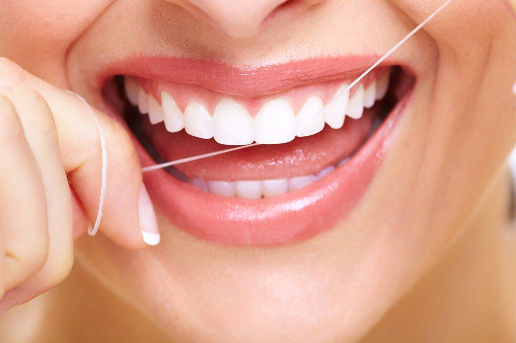 używanie nici dentystycznej